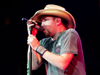 Jason Aldean honors first responders on stage