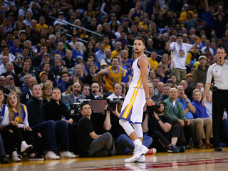 Curry leads Warriors to win against Pacers
