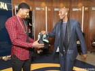 LOOK: Kobe gives shoes to Paul George