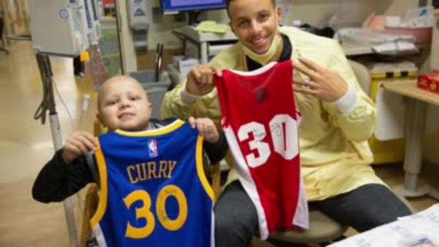 Steph Curry swaps autographed jerseys with young fan with leukemia