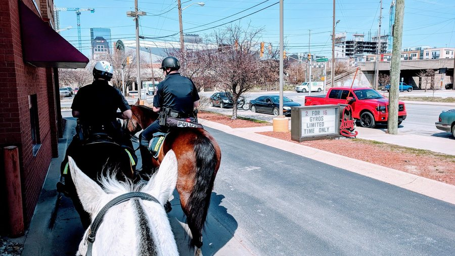 Impd S Mounted Patrol Strolls Through Arby S Drive Thru For Milkshakes Theindychannel Com